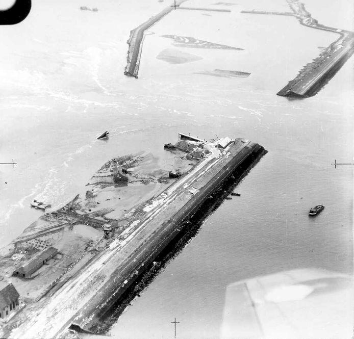 Het stroomgat op 2 februari. Het schip van de Pender ligt nog in het haventje.