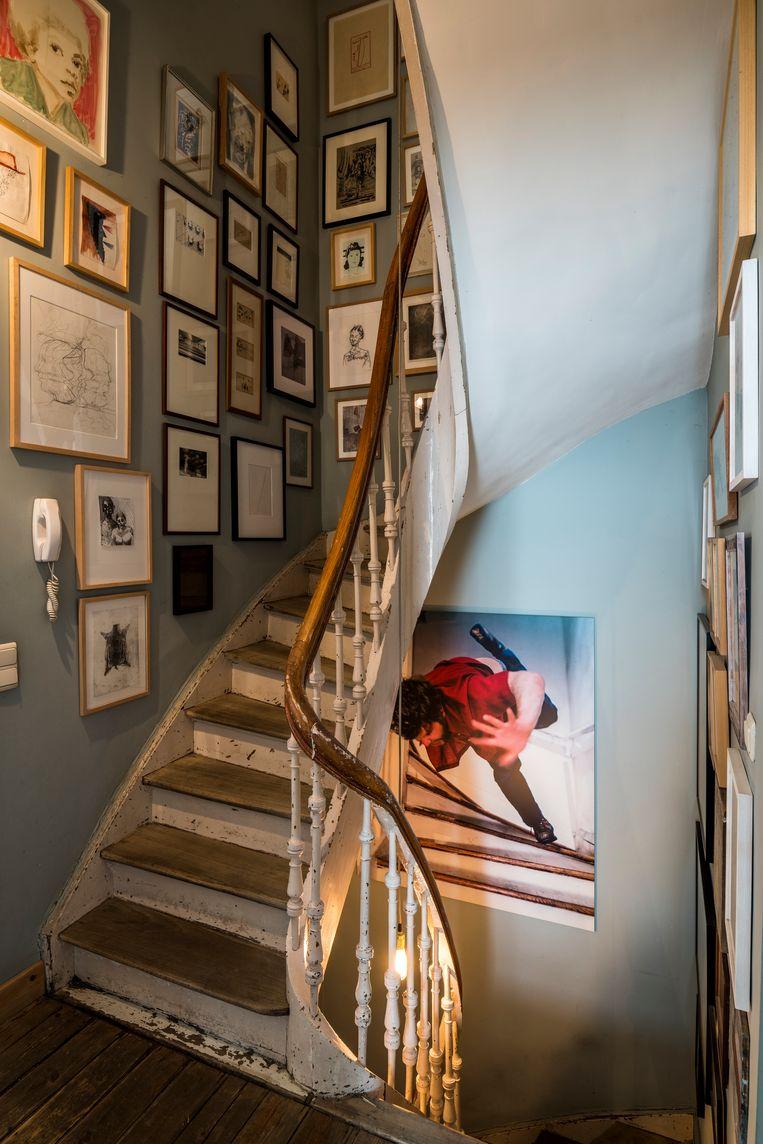 'Stairs' van Kerry Skarbakka is een van de grotere werken in de met kaders overladen traphal.  Beeld Luc Roymans