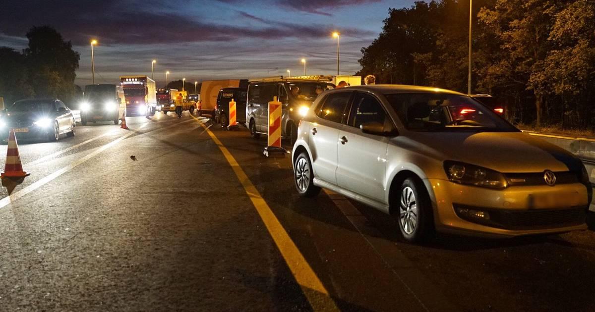 Ongeluk op A15 veroorzaakt veel vertraging, linkerrijstrook dicht.