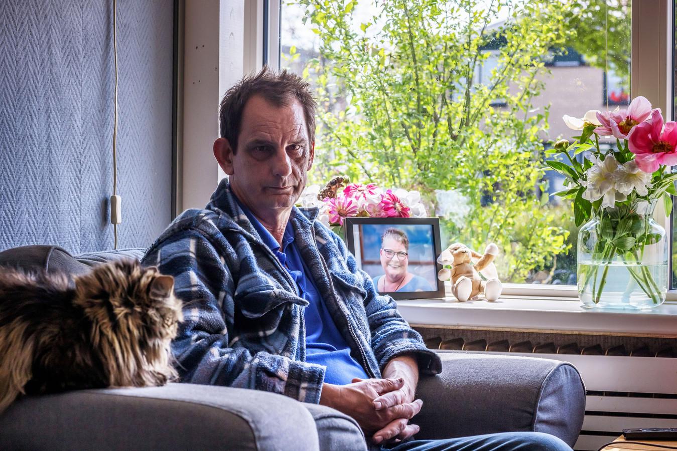 Ad de Boer zijn vrouw Astrid overleed na een noodlottig ongeval met een motoragent, pal voor zijn huis aan de Zeestraat in Zevenbergen.