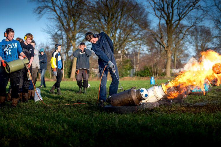 Een groep jongens uit het Friese Lippenhuizen, de 'Liphuster Carbidsjitters', sluit knallend het jaar 2019 af op een veldje in het dorp.  Beeld Jilmer Postma / Hollandse Hoogte / Nederlandse Freelancers