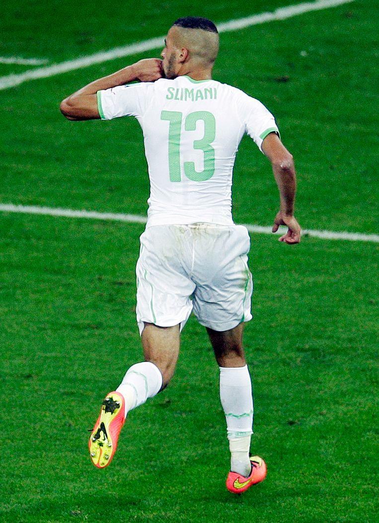 Slimani kopte Algerije naar de achtste finales. Beeld AP
