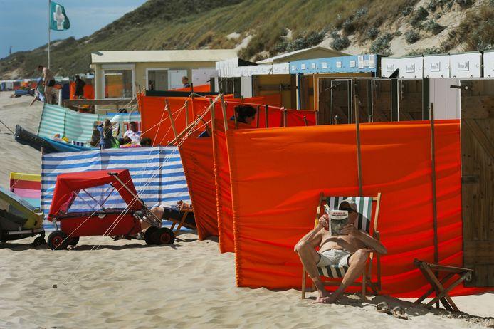Dankzij de lichtgebogen duinkust, ligt het strand van Zoutelande pal op het zuiden.