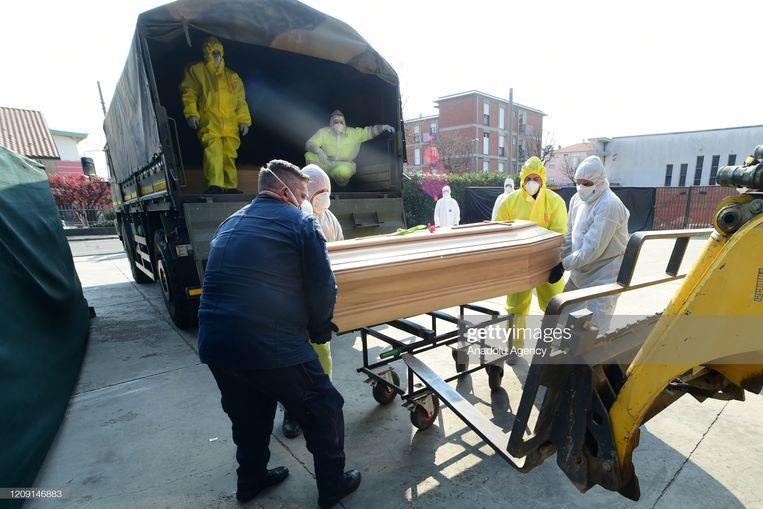 In april werden in Bergamo het hoge aantal overledenen door het leger vervoerd naar de crematoria.  Beeld Anadolu Agency via Getty Images