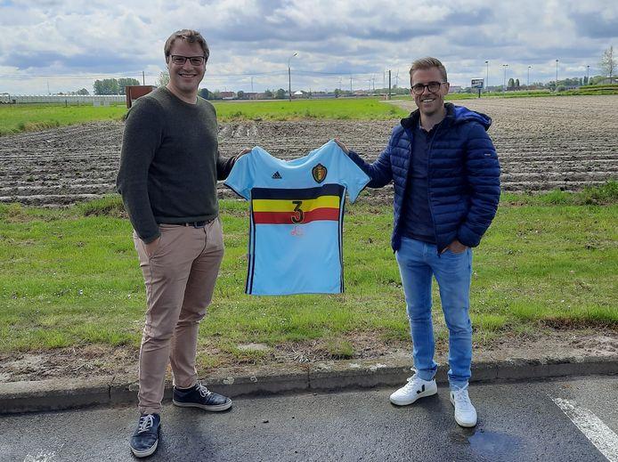 Thibault Tanghe en Simon Biesbrouck met het truitje van Leander Dendoncker