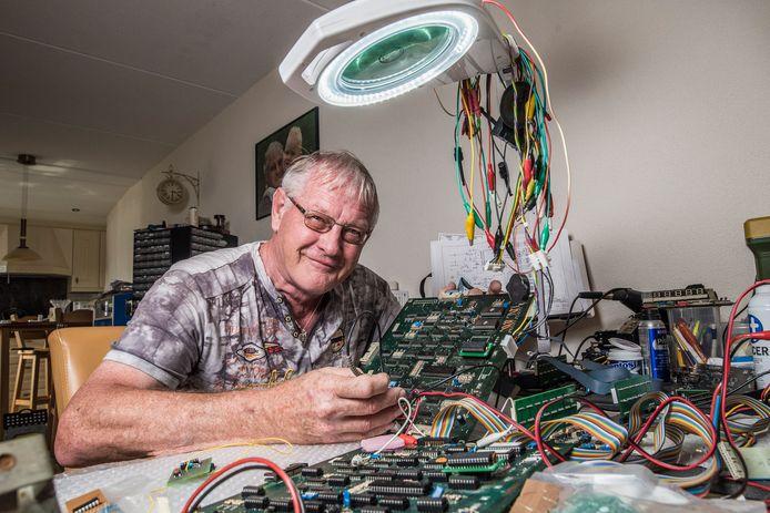 -Han Biesma diabetespatient aan het werk / hobby met zijn printplaten waarvoor zijn ogen zeer belangrijk zijn