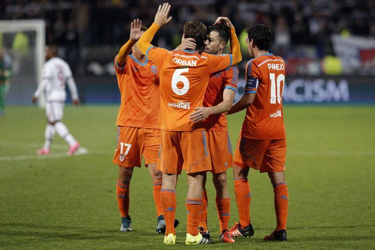Spelers van Valencia vieren het doelpunt tegen Lyon. Beeld ap