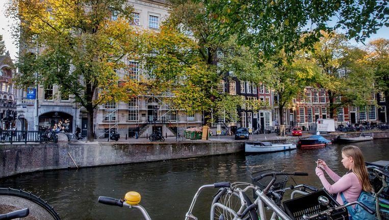 Het pand De Zonnewijser op de Herengracht staat in de steigers. Het wordt grondig verbouwd voor de komst van het hoofdkwartier van Karl Lagerfeld Beeld Jean-Pierre Jans