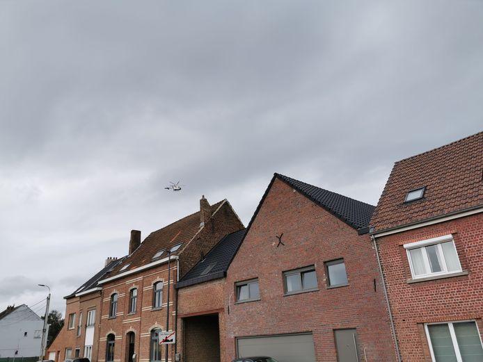 De helikopter die dinsdagvoormiddag boven Sint-Pieters-Leeuw hing.