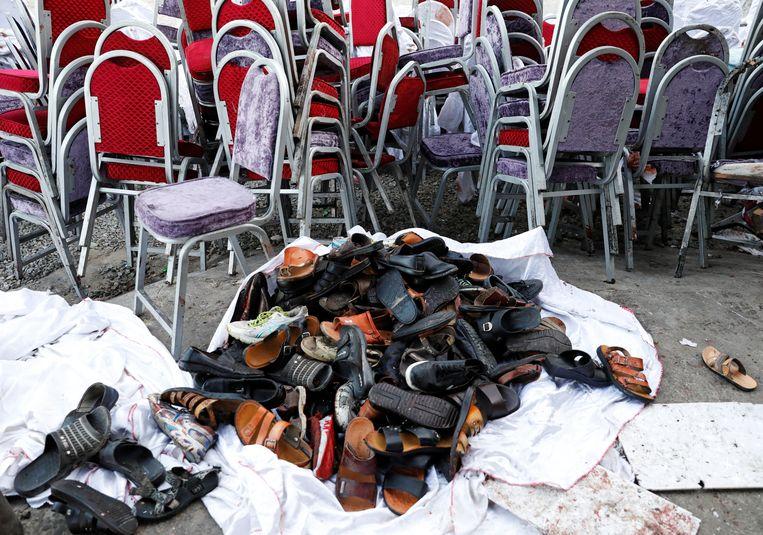 Een stapel schoenen van de aanwezigen. Beeld REUTERS