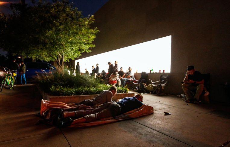Mensen kamperen voor de Apple-winkel in Texas om de nieuwe iPhone X te bemachtigen.