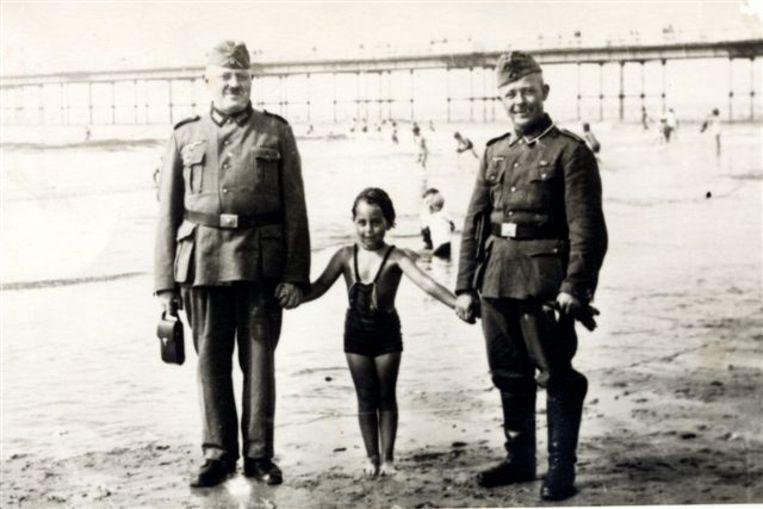 De Joodse Florence in 1942 tussen Duitse soldaten op het (voor Joden verboden verklaarde) strand van Scheveningen.  Beeld Privéarchief