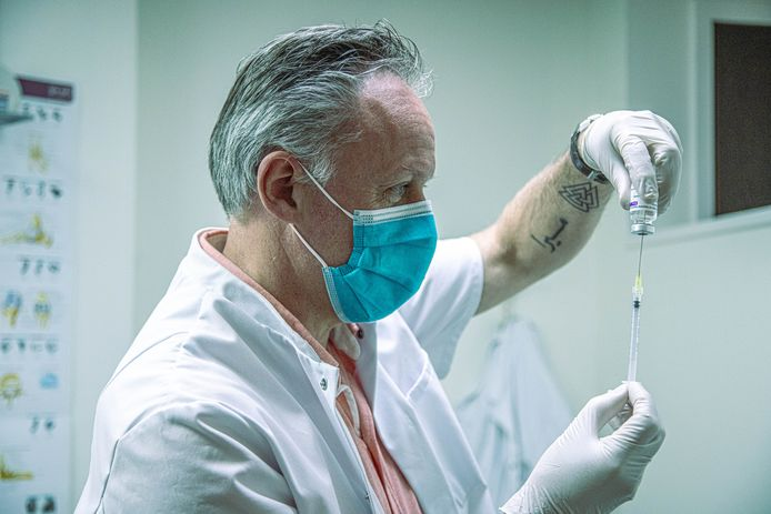 Huisarts Johan de Jonge (55) uit Zwolle gaat tegen het kabinetsbeleid in: hij vaccineert ook mensen onder 60 jaar met AstraZeneca.