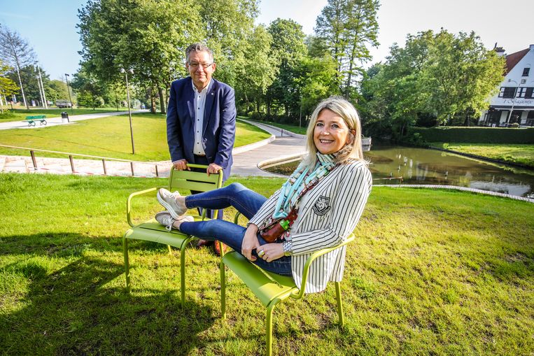 Burgemeester Dirk De fauw en schepen Mercedes Van Volcem met twee van de stoelen.