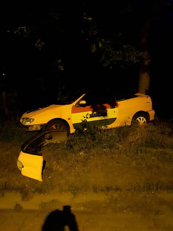 De auto die in de tuin terecht kwam bij Han van den Bergen in Kuitaart.