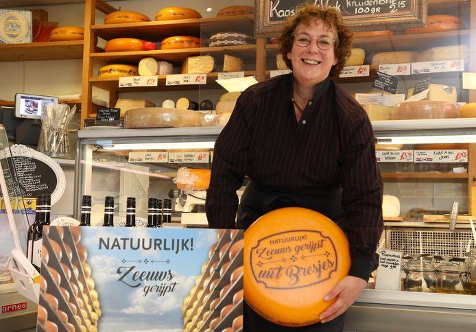 Anja Ruben met in Zeeland gerijpte kaas.