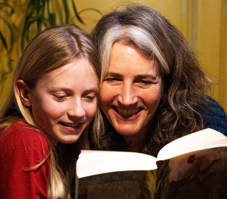 Saskia Zwijnenburg (47) leest haar dochter Tara (13) elke avond voor. Beeld Martijn Gijsbertsen