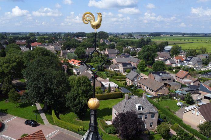 Het haantje van de Nederlands Hervormde Kerk kijkt over het dorp uit.