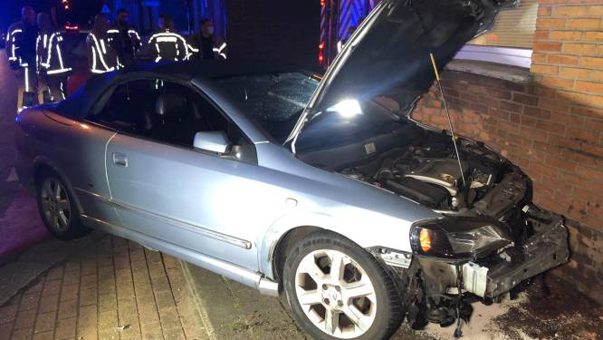 Wagen belandt in gevel van woning na botsing op Kalve: beide bestuurders onder invloed