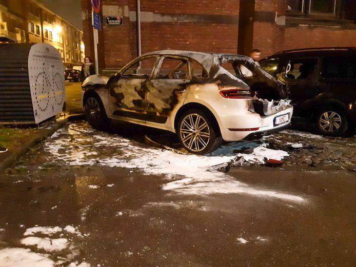 Onder andere deze Porsche werd in de nacht van 31 december 2019 op 1 januari 2020 in brand gestoken.