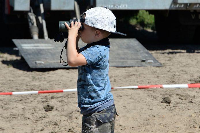 Aan de Polderweg in Prinsenbeek is een vliegtuigbom uit de Tweede Wereldoorlog tot ontploffing gebracht. En dat kon rekenen op veel bekijks, van jong en oud.