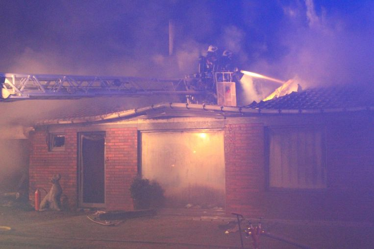 De brandweer zette de ladderwagen in om de vlammen te bedwingen.