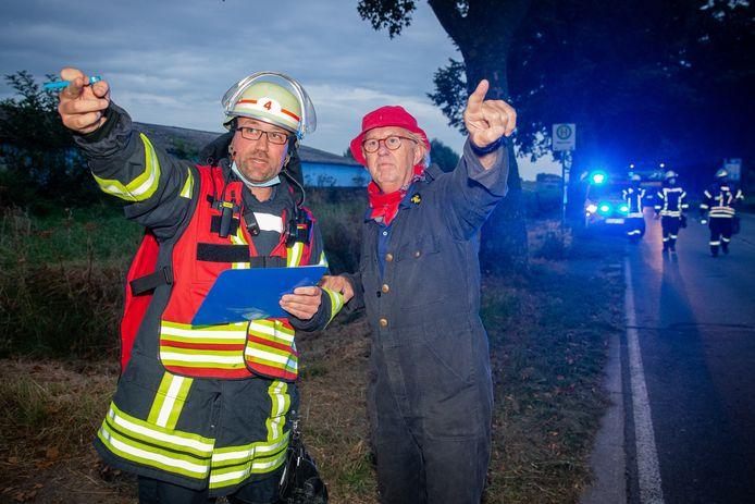 Brandoefening op de grens van Nederland en Duitsland bij de boerderij in Millingen. De Duitse brandweer arriveert in Millingen.