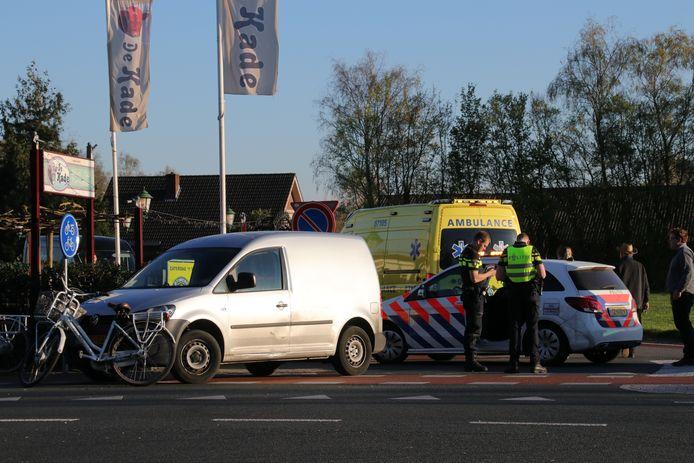 De fietsster is met de ambulance naar het ziekenhuis gebracht.
