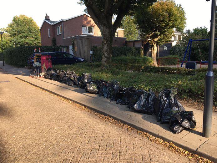 De zwerfvuilactie in de omgeving Isabellaveld in Vught leverde ruim dertig volle vuilniszakken troep op.