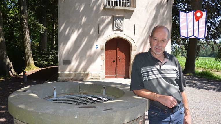 Stadsgids Franky Baeyensput aan de put die aangeeft waar Boudewijn met de Negen Ponden zeven eeuwen terug twee miraculeuze kruisen opgroef.