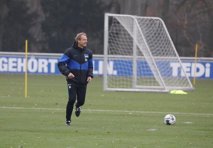Jürgen Klinsmann op het trainingsveld bij Hertha BSC.