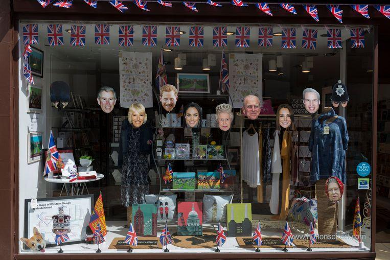 Maskers van de koninklijke familie in een etalage in Windsor, waar zaterdag prins Harry trouwt met Meghan Markle. Beeld In Pictures via Getty Images