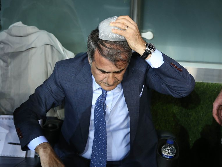 Besiktas-trainer Senol Günes kreeg een voorwerp op het hoofd gegooid.