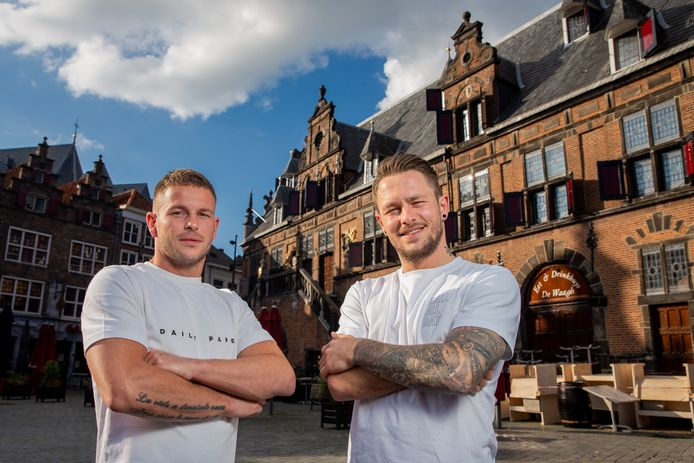 Johnny Dobson (rechts) en zijn broertje Jacky op de Grote Markt in Nijmegen.