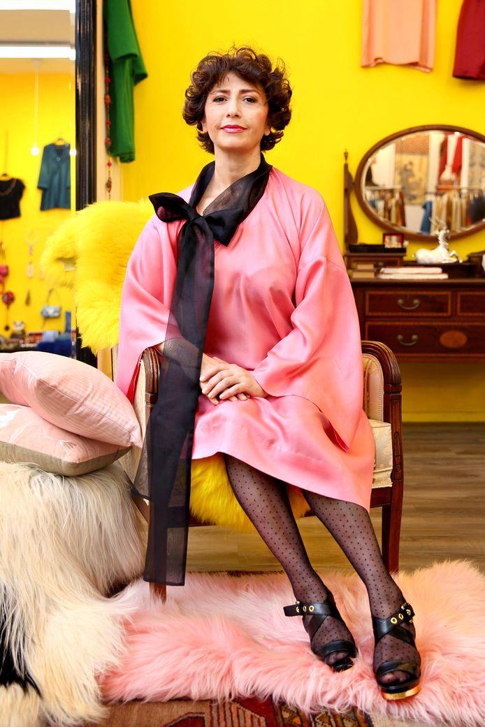 In Armenië is geel de kleur van licht. De winkel van Armeni Tovmasjan heeft overal gele accenten. De stoffen die ze gebruikt voor haar kleding, komen uit Armenië.