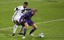 Michel Vlap probeert Emmanuel Agbadou van zich af te houden.