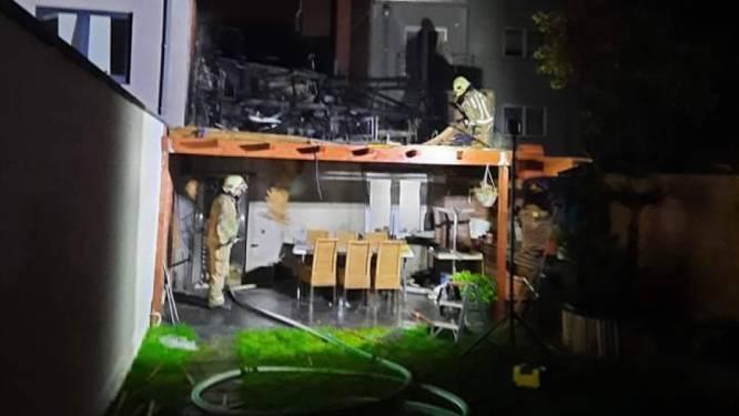 Zware uitslaande brand legt achterbouw ijssalon in Lede in de as
