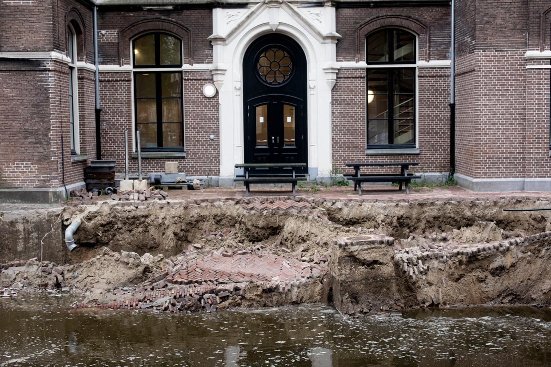 De ingezakte kademuur aan de Grimburgwal gaf Dijksma's pleidooi voor onderhoud extra steun. Beeld Maarten Brante