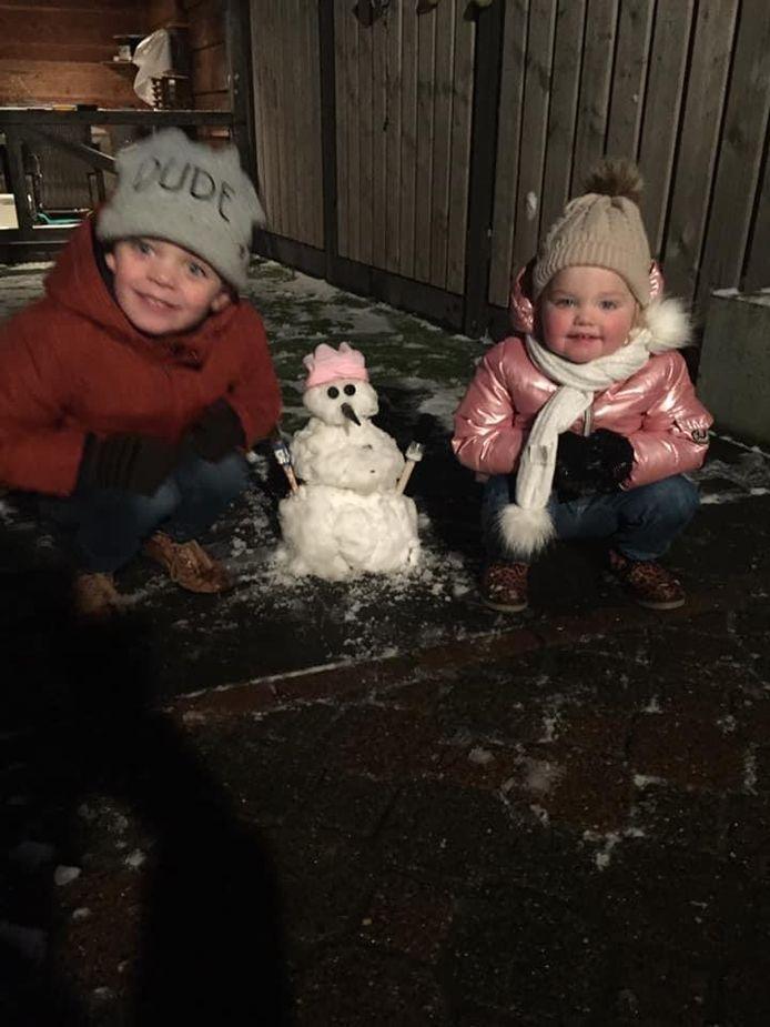 'Vanmorgen al voor 8:00 sneeuwpop gemaakt van het beetje sneeuw dat in Rijssen lag.'