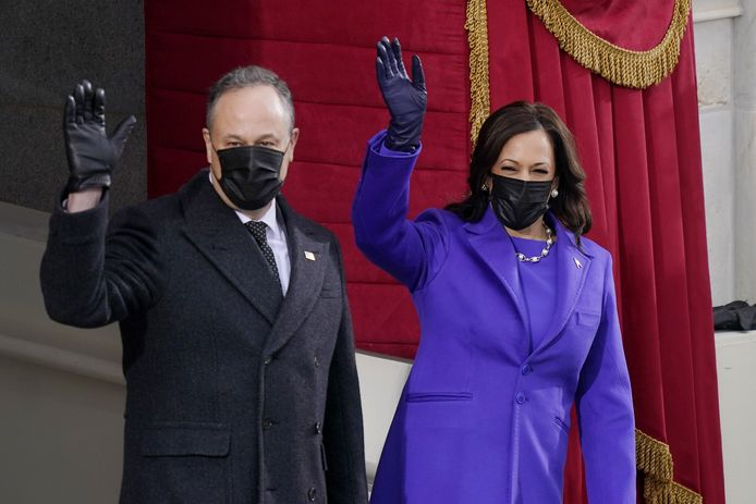 Kamala Harris en echtgenoot Doug Emhoff arriveren voor de inauguratie-ceremonie bij het Capitool.