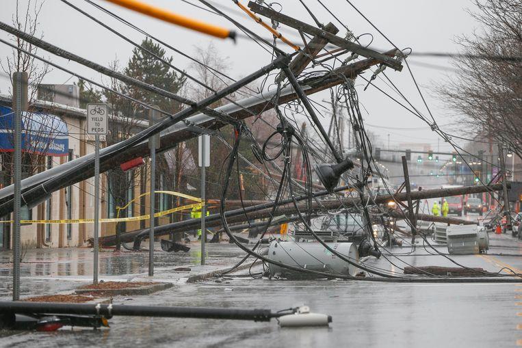 Omgewaaide elektriciteitspalen in Massachusetts. Beeld EPA