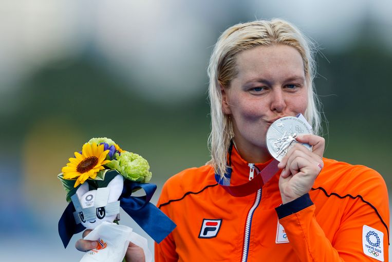 Sharon van Rouwendaal met haar zilveren medaille. Beeld EPA