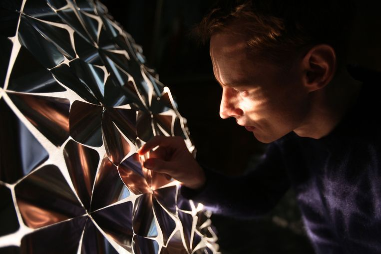 De Lotus Flower plooit dankzij lichaamswarmte. Beeld Studio Roosegaarde