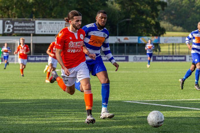 Oranje Witter Obi Ozbilek speelde tegen zijn oude club XerxesDZB. Rechts Leonardo de Pina.