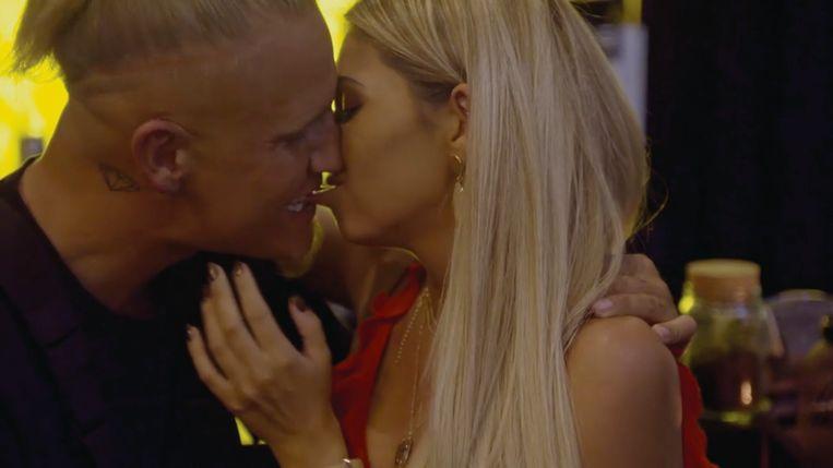 Op zijn eerste date met Kimberly werd er al vurig gekust.