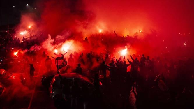 """Bijeenkomst van honderden Feyenoord-fans levert straffe beelden op, maar het komt ook tot meerdere aanhoudingen: """"Vuurwerk naar agenten gegooid"""""""