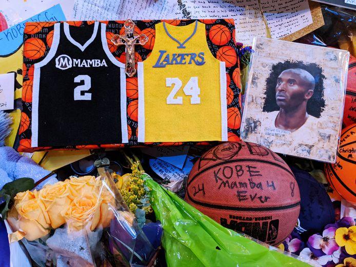 Kobe Bryant wordt herdacht bij het Staples Center in Los Angeles.
