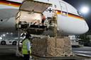 Uit heel de wereld arriveert hulp in het zwaar getroffen India. Hier een zending uit Duitsland in New Delhi.