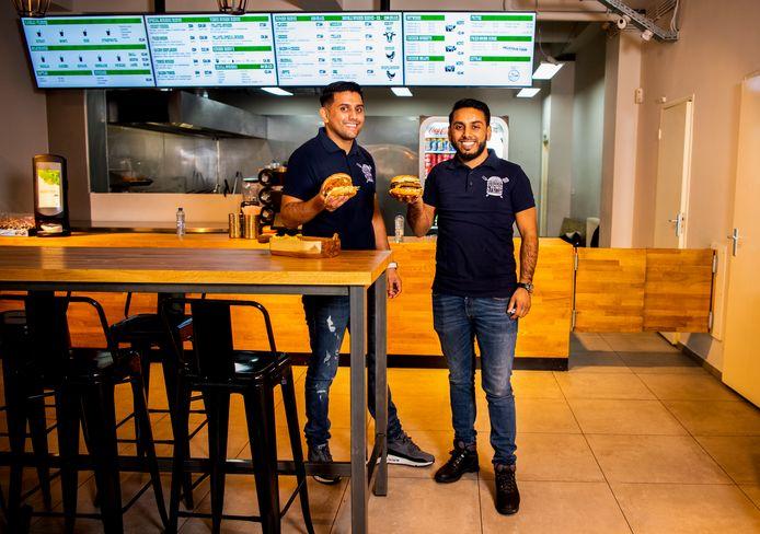 Jamshed en Terry Sheikh hebben samen uitgedokterd hoe je zo goed én snel mogelijk hamburgers van halalvlees kan bereiden.
