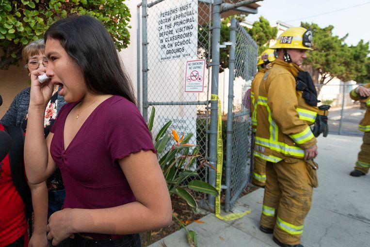 Een vrouw heeft last van haar oog door de brandstoflozing. Beeld AP